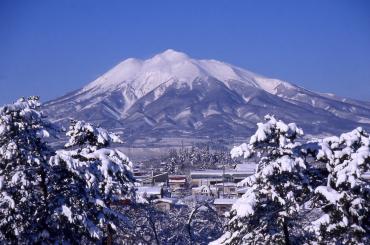冬の岩木山と弘前市の街並み
