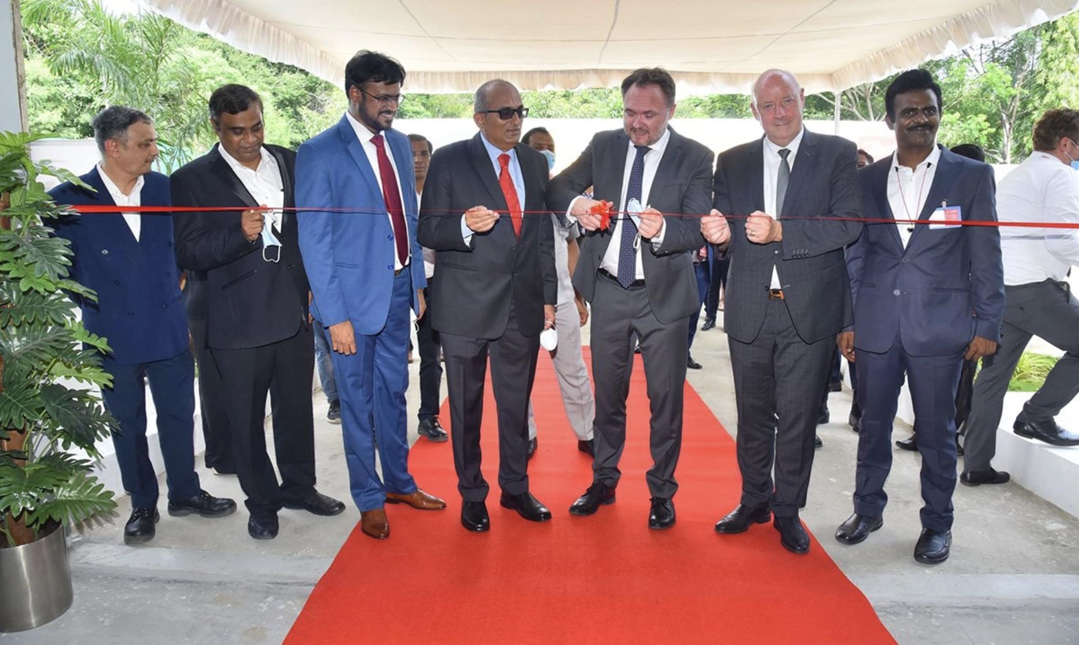 Danfoss India社長のラビチャンドラン・プルショータマン氏(左から4人目)、デンマーク気候・エネルギー・公益事業大臣のダン・ヨルゲンセン氏(右から3人目)、駐インドデンマーク大使のフレディ・スヴァーネ氏(右から2人目)